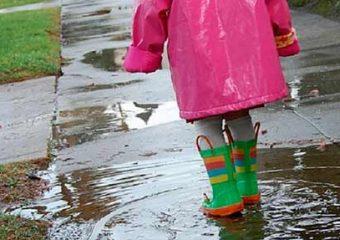 enfant avec bottes à la ferme du doux riez de l'Authie